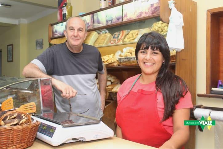 Tamara Albornoz realiza su entrenamiento laboral en una panadería