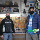 Federico Barzanti realiza su entrenamiento laboral como auxiliar en una bicicletería
